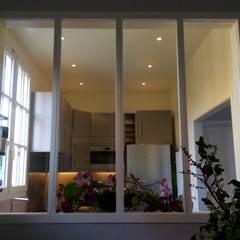 Création d'une fenêtre verrière dans l'entrée: Cuisine intégrée de style  par Thomas JENNY