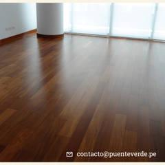 Pisos de Madera sólida: Edificios de oficinas de estilo  por Puente Verde SAC