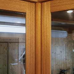 Wooden windows by (株)独楽蔵 KOMAGURA, Eclectic