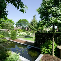 Mooie privé tuin met waterpartij: moderne Tuin door Groengroep b.v.