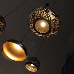 éclairage grands espaces: Salle à manger de style  par BIEN DANS MA DECO