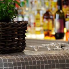 """Ristorante """"Da Jacopo"""": Bar & Club in stile  di MELLINACORTISTUDIO"""