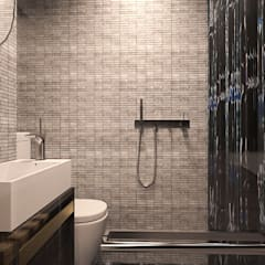 Atlas Guesthouse:  Bathroom by BIGGERTHANstudio