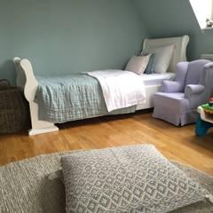 Inneneinrichtung für eine Stadtwohnung einer jungen Familie mit Kindern:  Kinderzimmer Mädchen von Charme de Provence