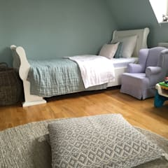Inneneinrichtung für eine Stadtwohnung einer jungen Familie mit Kindern: landhausstil Kinderzimmer von Charme de Provence