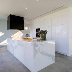 Villa Alex: Cozinhas  por Moderestilo - Cozinhas e equipamentos Lda