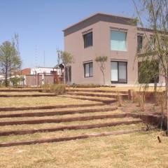 jardin Santa barbara- Bs As- Argentina: Jardines en la fachada de estilo  por Ib - Paisajista
