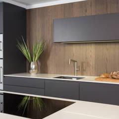 Rational Tio graphit grau und weiß mit Nischenwand Eiche sepia:  Küchenzeile von Lang Küchen & Accessoires GmbH & Co KG