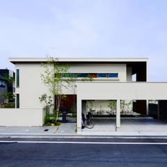 水平ラインが美しくどっしりとした外観: タイコーアーキテクトが手掛けた二世帯住宅です。