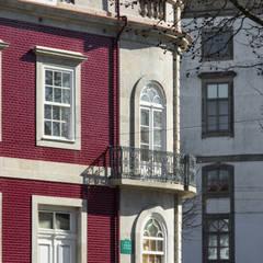 Reabilitação de edifício para restauração no Porto Varandas, marquises e terraços clássicas por NVE engenharias, S.A. Clássico