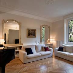 Salas / recibidores de estilo  por Costa Zanibelli associati