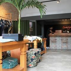 Loja Bossa Nova: Lojas e imóveis comerciais  por Studio Marcia Lazzarini interiores