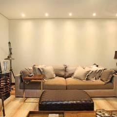 Sala de TV: Salas de estar  por Célia Orlandi por Ato em Arte