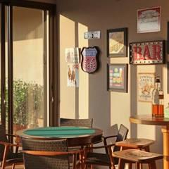 Bar: Salas de estar  por Célia Orlandi por Ato em Arte