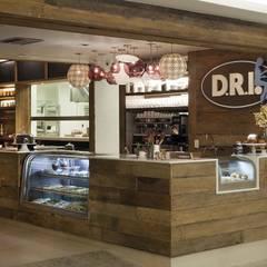 Restaurante D.R.I.: Adegas rústicas por Maria Claudia Faro