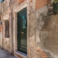 Venezia Dorsoduro - SHORT LET - Trasformazione affitto turistico/affitti brevi: Casa unifamiliare in stile  di MICHELA AMADIO - Valorizza e Vendi