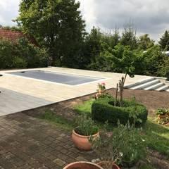 Gestaltung einer Gartenanlage mit einem RivieraPool Ancona Style, GFK-Fertigbecken im Farbton Papyrus:  Gartenpool von Schwimmbadbau Jens Pauling