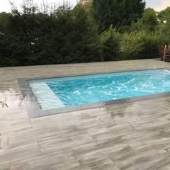 Gut sichtbar auf diesem Bild der Rolladenkasten unter Wasser der gleichzeitig als Relaxzone dient.:  Gartenpool von Schwimmbadbau Jens Pauling