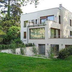 Blick auf Poolebene: minimalistischer Garten von guba + sgard Landschaftsarchitekten