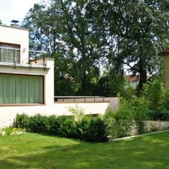 3 Ebenen: minimalistischer Garten von guba + sgard Landschaftsarchitekten