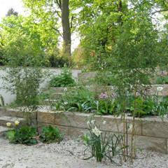 Geländeterrassen: minimalistischer Garten von guba + sgard Landschaftsarchitekten