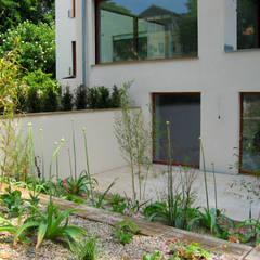 Blick auf die Poolterrasse:  Terrasse von guba + sgard Landschaftsarchitekten