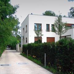 Zufahrt: minimalistischer Garten von guba + sgard Landschaftsarchitekten