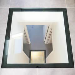 : Couloir et hall d'entrée de style  par Lüd studio d'architecture