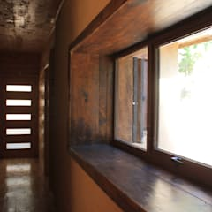 Casa de Fardos: Pasillos y hall de entrada de estilo  por Kimche Arquitectos