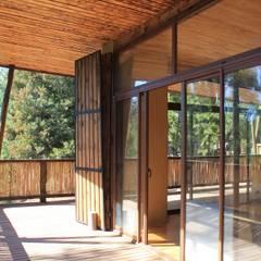 Casa de Fardos: Terrazas  de estilo  por Kimche Arquitectos