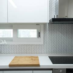 즐거운 우리의 집_서초현대아파트 인테리어: (주)바오미다의  주방