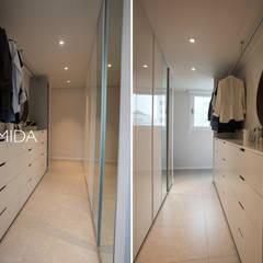 즐거운 우리의 집_서초현대아파트 인테리어: (주)바오미다의  드레스 룸