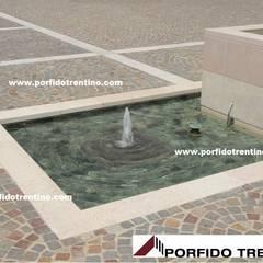 FONTANE: Piscine a laghetto in stile  di PORFIDO TRENTINO SRL