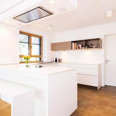 Rational Tio grifflos weiß:  Küchenzeile von Lang Küchen & Accessoires GmbH & Co KG