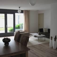 woningbouw Amstenraderveld, Brunssum: moderne Woonkamer door Verheij Architecten