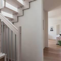SCRIVILO SUI MURI!: Ingresso & Corridoio in stile  di Bologna Home Staging