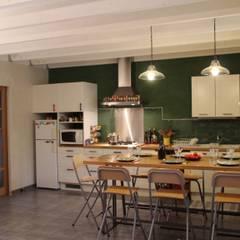 Badigeon de chaux: Murs de style  par Florence Lavigne - Peintures et Enduits naturels