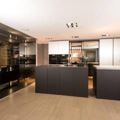 Eggersmann mit Work´s Turnschrank Fenix Paso Torino unique:  Einbauküche von Lang Küchen & Accessoires GmbH & Co KG
