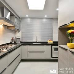 Residência Quintino Bocaiúva - Área Social: Armários e bancadas de cozinha  por Tania Bertolucci  de Souza  |  Arquitetos Associados