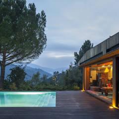 Piscinas infinitas de estilo  por MJARC - Arquitectos Associados, lda