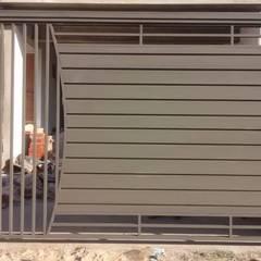 Vista externa do portão: Portas  por Dartora Esquadrias Metálicas