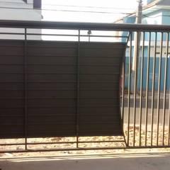 Vista interna do portão : Portas de entrada  por Dartora Esquadrias Metálicas