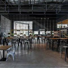 """Co-work """"La Maquinita"""": Oficinas y Tiendas de estilo  por Grupo Madero,"""