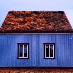Ferienhaus mit Grasdach:  Holzhaus von Tanja Mason Fotografie