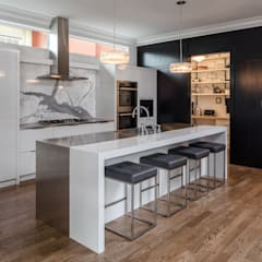Glebe Avenue Residence: classic Kitchen by Flynn Architect