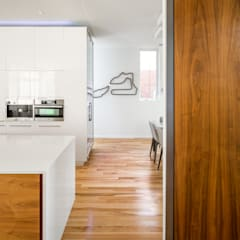 Avenue Road Residence: modern Kitchen by Flynn Architect
