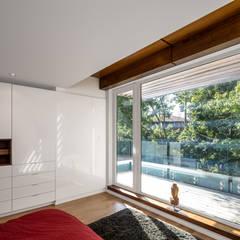 Avenue Road Residence:  Bedroom by Flynn Architect ,Modern