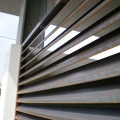 Casa das Neves: Garagens abertas  por ® PERFIL┳ Arquitectura