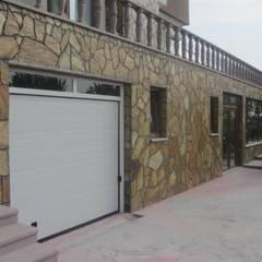 Puertas de garajes de estilo  por YALÇIN MİMARLIK & DEKORASYON