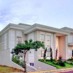Residência alto padrão de dois pavimentos com subsolo: Condomínios  por Penha Alba Arquitetura e Interiores